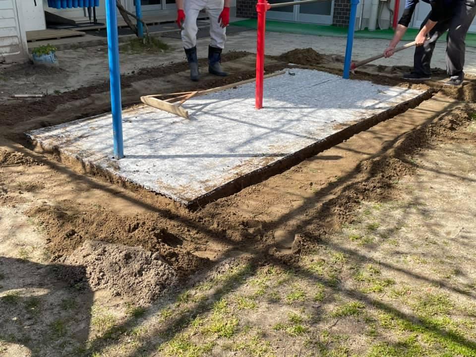 地ならしをした後にクッションマット設置。周囲は深めに溝を掘りましたが、グリーンマットの端をここに入れて固定させますので、これが重要作業です。